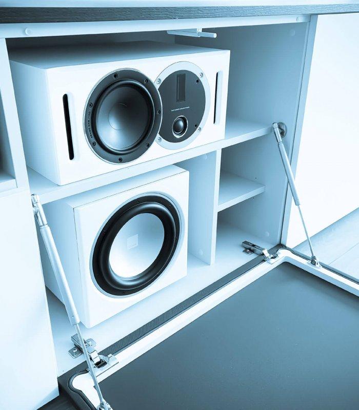 Verberg je 'centre' luidspreker en subwoofer in een tv meubel op maatachter een klep met luidsprekerdoek